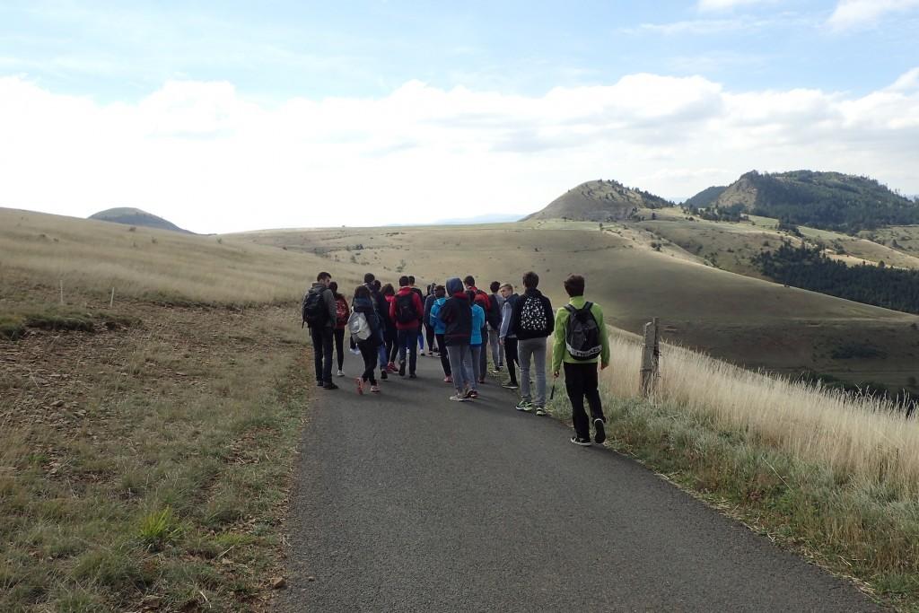 En chemin vers la grotte MAlaval, après une interprétation géologique de la plaine des Laubies et du causse des Bondons ...